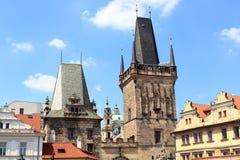 Ο μικρότερος πύργος πόλης γεφυρών και ο πύργος της Judith του Charles γεφυρώνουν, Πράγα Στοκ φωτογραφία με δικαίωμα ελεύθερης χρήσης