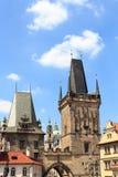 Ο μικρότερος πύργος πόλης γεφυρών και ο πύργος της Judith του Charles γεφυρώνουν, Πράγα Στοκ Φωτογραφία