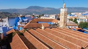 Ο μιναρές και οι κεραμωμένες στέγες του μεγάλου μουσουλμανικού τεμένους σε Chefchaouen, Μαρόκο στοκ φωτογραφίες