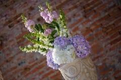 Ο μινιμαλιστικός άσπρος άργιλος διακόσμησε το δοχείο λουλουδιών με μια ανθοδέσμη άνοιξη που χαρακτηρίζει τα hydrangeas κρητιδογρα στοκ εικόνα