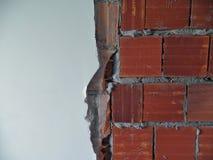 Ο μισός από τον άσπρο τοίχο με τα αγροτικά κόκκινα τούβλα Στοκ εικόνες με δικαίωμα ελεύθερης χρήσης