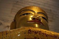 Ο μνημειακός χρυσός Βούδας συμπίεσε σε τεράστιο Tempel σε νέο Bagan Στοκ Φωτογραφία