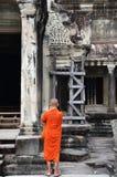 Ο μοναχός εισάγει έναν αρχαίο ναό σε Angkor Wat Στοκ εικόνες με δικαίωμα ελεύθερης χρήσης