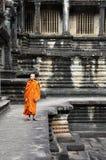 Ο μοναχός εισάγει έναν αρχαίο ναό σε Angkor Wat Στοκ εικόνα με δικαίωμα ελεύθερης χρήσης