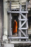 Ο μοναχός εισάγει έναν αρχαίο ναό σε Angkor Wat Στοκ Εικόνες
