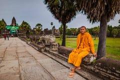 Ο μοναχός κάθεται στη διάβαση πεζών του ναού Angkor Wat Στοκ φωτογραφίες με δικαίωμα ελεύθερης χρήσης