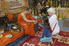 Ο μοναχός συνδέει το προστατευτικό νήμα της αμαρτίας Sai στοκ εικόνες με δικαίωμα ελεύθερης χρήσης