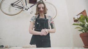 Ο μοντέρνος αγγειοπλάστης γυναικών αγγειοπλαστών στούντιο κυλά τον άργιλο απόθεμα βίντεο