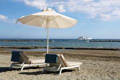 Ο μοντέρνος αργόσχολος στην κίτρινη άμμο στον ήλιο στην παραλία στοκ εικόνα με δικαίωμα ελεύθερης χρήσης