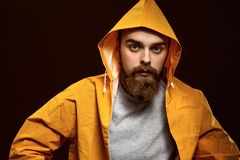 Ο μοντέρνος κοκκινομάλλης τύπος με μια γενειάδα και mustache ντυμένος σε μ στοκ φωτογραφία με δικαίωμα ελεύθερης χρήσης