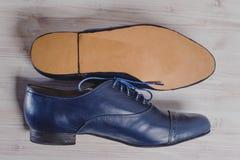 Ο μοντέρνος Μαύρος επανδρώνει τα επεξεργασμένα παπούτσια για το χορό αιθουσών χορού Στοκ Εικόνες