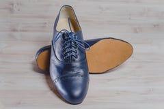 Ο μοντέρνος Μαύρος επανδρώνει τα επεξεργασμένα παπούτσια για το χορό αιθουσών χορού Στοκ Φωτογραφία