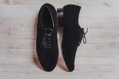 Ο μοντέρνος Μαύρος επανδρώνει τα επεξεργασμένα παπούτσια για το χορό αιθουσών χορού Στοκ φωτογραφία με δικαίωμα ελεύθερης χρήσης