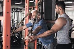 Ο μοντέρνος συνταξιούχος έχει workout με το νέο εκπαιδευτικό στοκ φωτογραφίες