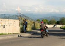 Ο μοτοσυκλετιστής οδηγά κάτω από την οδό στοκ εικόνα
