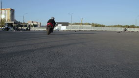 Ο μοτοσυκλετιστής οδηγά μετά από τη κάμερα Moto Gymkhana φιλμ μικρού μήκους