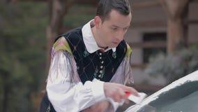 Ο μουσικός ακκορντέον καθαρίζει το παγωμένο παράθυρο και διαπιστώνει ότι το παράθυρο είναι χαλασμένο απόθεμα βίντεο