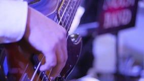 Ο μουσικός βράχου παίζει σόλο την κιθάρα Κινηματογράφηση σε πρώτο πλάνο των χεριών κιθαριστών βράχου φιλμ μικρού μήκους