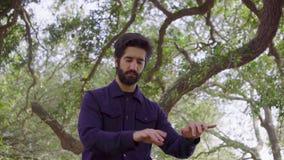 Ο μουσικός γενειάδων που κυματίζει δικών του παραδίδει τον αέρα που προσποιείται ότι παίζει στο διανοητό πιάνο απόθεμα βίντεο