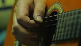Ο μουσικός δίνει την κιθάρα παιχνιδιού με την επιλογή Λεπτομέρειες της γέφυρας και των σειρών 4k απόθεμα βίντεο