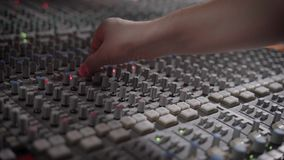 Ο μουσικός εργάζεται σε ένα στούντιο καταγραφής με μια κονσόλα μίξης απόθεμα βίντεο