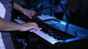 Ο μουσικός κοριτσιών παίζει έναν συνθέτη απόθεμα βίντεο