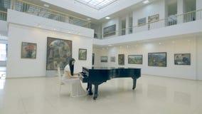 Ο μουσικός κοριτσιών που παίζει το πιάνο steadicam 4K φιλμ μικρού μήκους