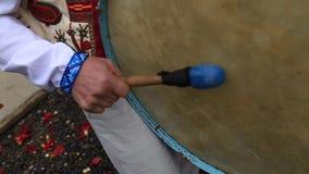 Ο μουσικός κτυπά το τύμπανο στο γάμο απόθεμα βίντεο