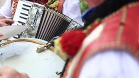 Ο μουσικός κτυπά το τύμπανο στο γάμο φιλμ μικρού μήκους