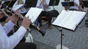 Ο μουσικός κλαρινέτων αποδίδει με τη ζώνη απόθεμα βίντεο