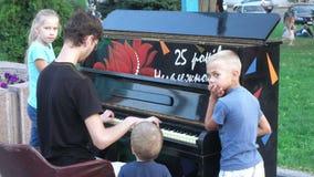Ο μουσικός οδών παίζει το πιάνο φιλμ μικρού μήκους