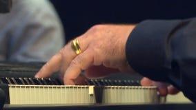 Ο μουσικός παίζει ένα μουσικό όργανο απόθεμα βίντεο