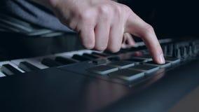 Ο μουσικός παίζει ένα πληκτρολόγιο του MIDI φιλμ μικρού μήκους