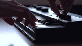 Ο μουσικός παίζει ένα πληκτρολόγιο του MIDI απόθεμα βίντεο