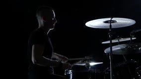 Ο μουσικός παίζει επαγγελματικά την καλή μουσική στα τύμπανα χρησιμοποιώντας τα ραβδιά Μαύρη ανασκόπηση σκιαγραφία κίνηση αργή απόθεμα βίντεο