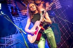 Ο μουσικός παίζει μια κιθάρα Στοκ φωτογραφίες με δικαίωμα ελεύθερης χρήσης