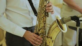 Ο μουσικός παίζει στο saxophone στη συναυλία Κινηματογράφηση σε πρώτο πλάνο στα δάχτυλα που πιέζουν τα πλήκτρα του οργάνου φιλμ μικρού μήκους