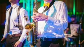 Ο μουσικός παίζει την απόδοση saxophone στοκ φωτογραφίες με δικαίωμα ελεύθερης χρήσης