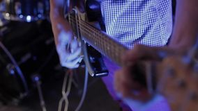 Ο μουσικός παίζει την ηλεκτρική κιθάρα απόθεμα βίντεο