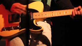 Ο μουσικός παίζει την κιθάρα απόθεμα βίντεο
