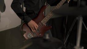 Ο μουσικός παίζει τη βαθιά κιθάρα E φιλμ μικρού μήκους