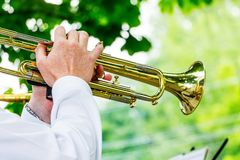 Ο μουσικός παίζει τη σάλπιγγα κατά τη διάρκεια ενός υπαίθριου concert_ στοκ εικόνες