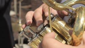 Ο μουσικός παίζει τη σάλπιγγα απόθεμα βίντεο