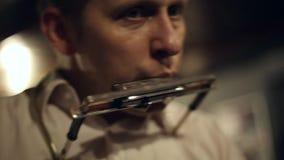 Ο μουσικός παίζει τη φυσαρμόνικα φιλμ μικρού μήκους