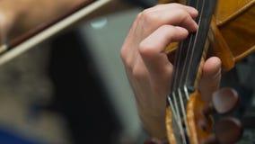 Ο μουσικός παίζει το βιολί στη φιλαρμονική κοινωνία φιλμ μικρού μήκους