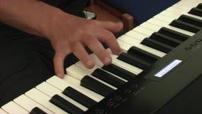 Ο μουσικός παίζει το πληκτρολόγιο φιλμ μικρού μήκους