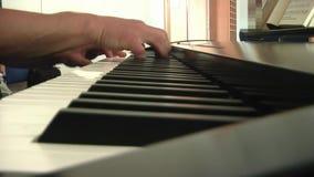 Ο μουσικός παίζει το πληκτρολόγιο απόθεμα βίντεο