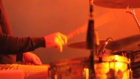 Ο μουσικός παίζει το τύμπανο φιλμ μικρού μήκους