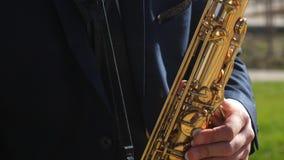 Ο μουσικός παίζει το όργανο αέρα μπλε παίζοντας μουσική τζαζ saxophone ατόμων Saxophonist στο παιχνίδι σακακιών γευμάτων επάνω φιλμ μικρού μήκους