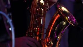 Ο μουσικός παίζει το saxophone σε μια συναυλία απόθεμα βίντεο